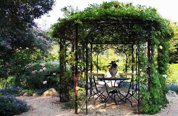 Декоративное озеленение поможет вашей беседке выглядеть свежо и ярко