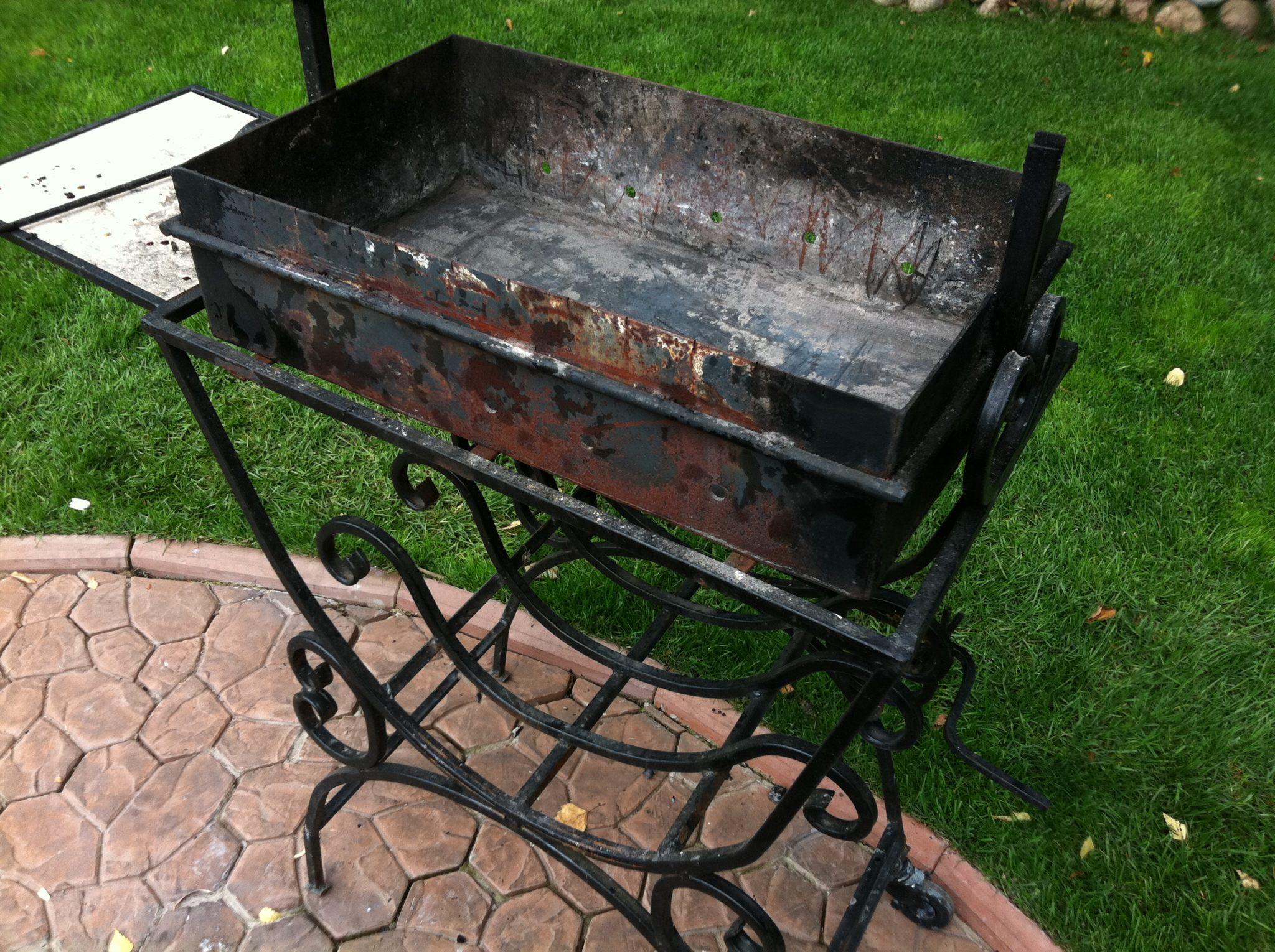 Старый мангал до зачистки и покраски поверхности