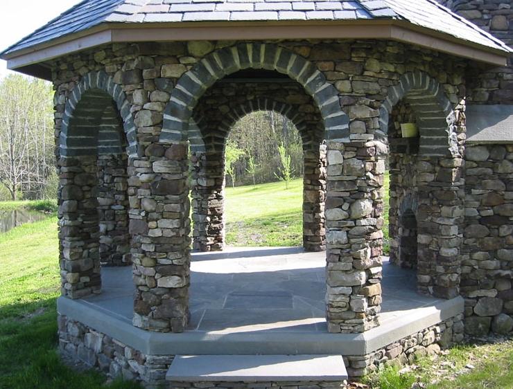 Садовая закрытая беседка из камня