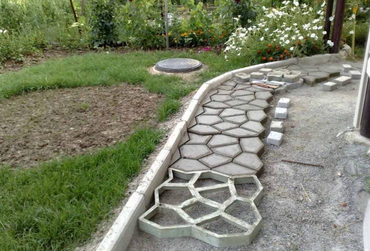 Дорожка из бетона на даче