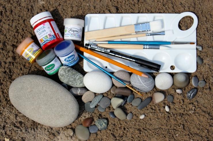 Акриловые краски и кисти для росписи камней