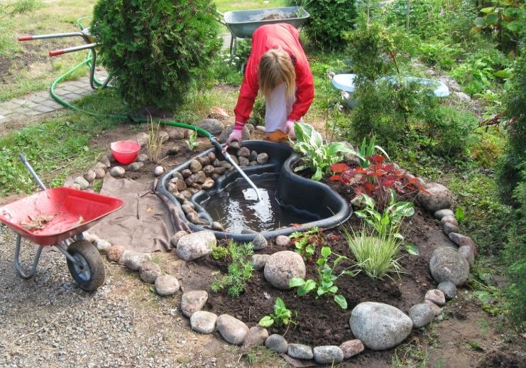 Вкапываемые прудики служат украшением для сада